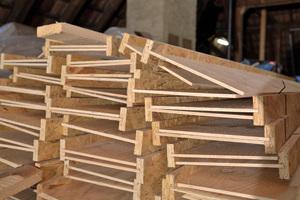 Die Sparrenexpander, gefertigt aus einer Sperrholzplatte und einem OSB-Streifen, liegen zur Montage bereit