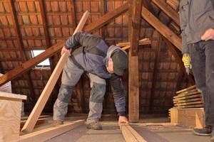 Zunächst werden die Dämmstreifen aus Holzfaserdämmstoff ausgelegt