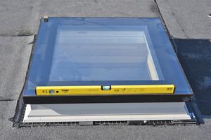 Das Fenster wird mithilfe von kleinen Bitumenstreifen und einer Wasserwaage ausgerichtet