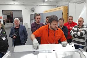 """<irspacing style=""""letter-spacing: -0.02em;"""">Mit einer CNC-Fräse hat Produkttrainer Yasar Tikves die Platten vorbereitet, jetzt werden die Teile gekantet und eine völlig neue geometrische Form entsteht</irspacing>"""
