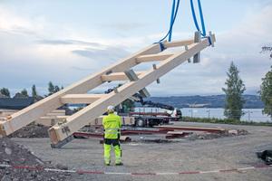 Große, vorgefertige Elemente aus Brettschichtholz werden auf der Baustelle an ihren Platz gehobenFotos: Moelven