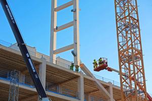 Die mächtigen Holzträger werden mit den Diagonalen zusammengesteckt und mit den Stahlplatten verschraubt