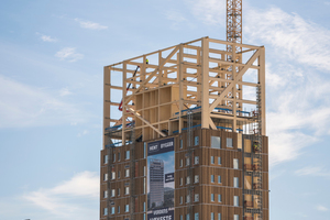 Parallel zu den Geschossarbeiten beginnen die Arbeiten an der Fassade, so wächst das Holzhochhochhaus Stück für Stück