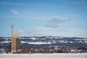 """<p><irfontsize style=""""font-size: 8.000000pt;""""><strong>Der Mjøstårnet, der Turm vom Mjøsa-See, während der Bauphase in der verschneiten Winterlandschaft Norwegens</strong></irfontsize></p>"""