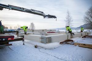 Rechts: Winterbaustelle am Mjøsa-See: Vorbereitung der großen vertikalen Hauptträger