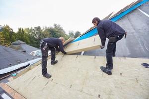 Das Dach erhielt eine doppelte Dämmung aus diffusionsoffenen Steinwolldämmplatten. Hier wird die erste Lage in 140 mm Dicke verlegt
