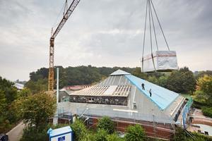 Den alten Dachaufbau bauten die Dachdecker zurück und verlegten danach eine doppelte Lage Steinwolldämmplatten