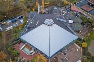 Die Handwerker montierten bis zu 11m lange Titanzinkschare auf dem DachFotos: Rockwool
