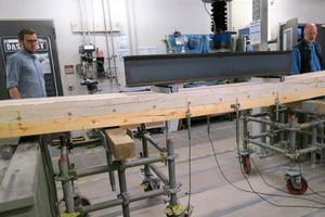 """<irspacing style=""""letter-spacing: -0.01em;"""">In einem Versuch an der Hochschule Augsburg wird eine Holz-Hybrid-Decke untersucht, bei der Beton durch handelsüblichen Calciumsulfatestrich ersetzt wurde⇥</irspacing>"""