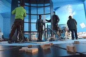 """Die Berufsfachschüler, Lehrlinge und Lehrer der Abteilungen Holz, Metall und Farbe fertigten ein rundes Regal für die Dauerausstellung """"Vielfalt des Handwerks"""""""