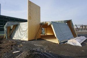 Der Pavillon wird aus Brettsperrholzbauteilen zusammengebaut  Foto: Willhelm Weller