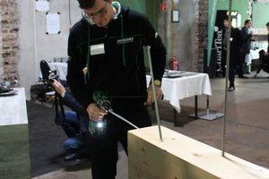 """Hikoki-Anwendungstechniker Michael Fuchs zeigt das Eindrehen einer Schraube mit dem Akku-Schrauber """"DS36DA"""""""