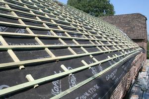 Die Lattung für die Ziegel auf dem neuen Dachstuhl. Zwischen den Sparren ist das Dach mit Steinwolle gedämmt          Fotos: mo.studio