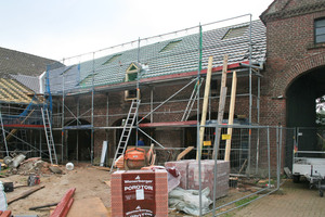 """Eingedeckt wurde das Dach mit """"Rheinland""""-Reformziegeln in altfarben, angepasst an die Ziegel auf den Bestandsdächern⇥"""