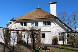 Das Einfamilienhaus in Gütersloh wurde 1980 fertiggestellt, aus diesem Jahr stammt auch die Reetdeckung, die in diesem Jahr teilweise erneuert wurde