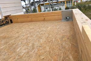 Ein Balkon im Rohbau: Die OSB-Unterkonstruktion ist vorbereitet, der Ablauf besteht bereits Foto: Carlisle  <br /> <br /> <br />