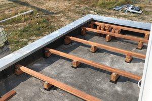 Die Unterkonstruktion wird direkt auf die EPDM-Bahn gestellt