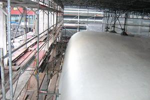 """Die endgültige Beschichtung der Dach- und Wandflächen besteht aus der Versiegelung """"Triflex Cryl Finish 205"""" in Weiß"""