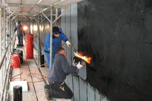Links unten: Auf den Dämmplatten verschweißen die Handwerker Bitumenbahnen als TrennlagenFoto: Foamglas