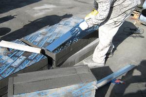 Metallschienen werden in die Schaumglasdämmplatten eingepresst und verklebtFotos (4): Foamglas