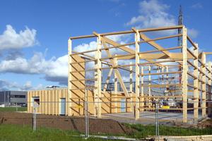 """Die Regallagerhalle rechts im Bild wird in Holzständerbauweise gebaut. Der Gebäudeteil daneben entsteht in Holzrahmenbauweise<span class=""""bildnachweis"""">Foto: FH Finnholz</span>"""