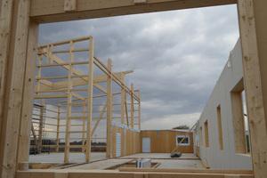 Blick aus dem Erdgeschoss auf den Rohbau der Lagerhalle