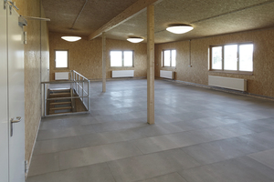 Rechts: ... und nach Fertigstellung mit sichtbar gebliebenen OSB-Platten an Wänden und Decke