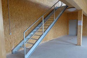 Das erste OG wird über Treppen im Gebäudeinneren erschlossen