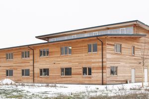 Der Neubau ist ein zweischiffiger Hallenbau. Die eingeschossige Regallagerhalle überragt den Verpackungs- und Bürobereich        Foto: Anja Bergmann