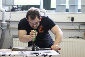 """""""Die Arbeit am Fassadenmodell im Finale war kleinteiliger als auf der Baustelle"""", sagt Dachdecker Sergej Rodionow. Er arbeitet im Betrieb TeHa Dach in Vreden (NRW)"""