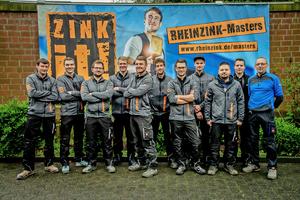 Zehn Teilnehmer hatten sich für das Finale bei Rheinzink in Datteln qualifiziert, hier posieren sie mit Rheinzink-Schulungsleiter Heiko Küchenmeister (ganz rechts)