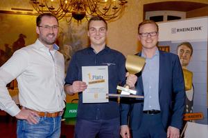 Den ersten Platz bei den Masters erreichte Simon Lerch (Mitte), hier mit Berthold Ruck, Leiter Anwendungstechnik /Marketing (links) und Klaas Kortegast, Vertriebsdirektor bei Rheinzink (rechts)