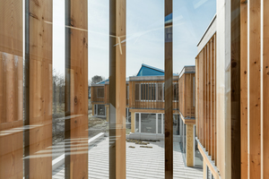 Rechts: Im Obergeschoss schützen im Sommer Holzlamellen vor den Fenstern die Räume vor Überhitzung