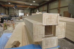 Die kreuzförmigen Stützen der Holzkonstruktion sind teilweise so ausgeführt, dass die Entwässerung im Inneren verlaufen kannFotos (4): Grossmann Bau
