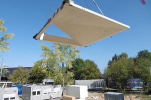 Auf der Baustelle wurden die Elemente zusammengesetzt, auf das Dach gehoben und montiertFoto: Waechter + Waechter Architekten BDA, Darmstadt