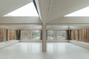 Alle Hohlkastenelemente der Decken sind von unten mit 3-Schichtplatten in Sichtholzqualität mit Akustiklochungen beplankt