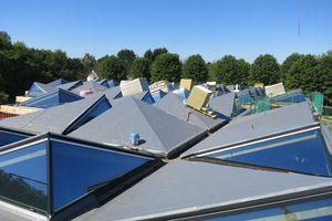 Die Dachelemente bestehen aus Hohlkastenelementen aus Holz mit unterschiedlichen Neigungen und Ausrichtungen