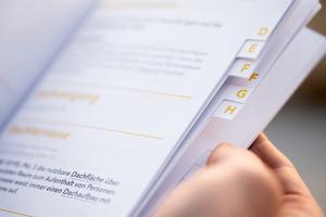 Das alphabetische Register hilft bei der Orientierung