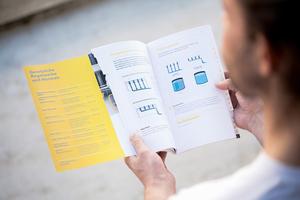 Die Broschüre ist nach Stichworten sortiert und weist auf die jeweils dazugehörigen Normen hin
