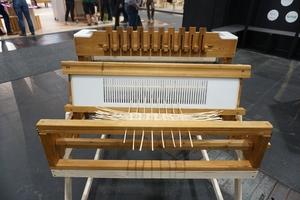 """Auf dem Stand des Forschungsverbunds """"Tethok"""" der Universität Kassel auf der Messe LIGNA in Hannover 2019 wird ein Webstuhl für textile Formholzteile gezeigt<br />"""