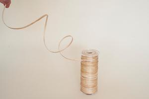 Mit Endlosfäden aus Weidenholz lassen sich textile Formholzteile erstellen. Ziel des Forschungsprojekts ist die automatisierte Verarbeitung der Weidenholzfäden<br /><br />