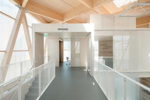 """Die Fassade des """"Cube"""" genannten Quaders besteht aus einer Konstruktion aus Brettschichtholz in Kombination mit bedruckter Polycarbonatpaneele"""