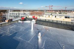 Über den Gefälledämmplatten verlegten die Dachdecker zunächst eine selbstklebende Bitumenbahn