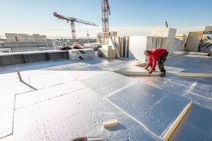 """Über die erste Schicht Flachdachdämmplatten verlegten die Dachdecker die """"Linitherm PAL""""-Gefälledämmplatten<span class=""""bildnachweis"""">Fotos: Linzmeier</span>"""