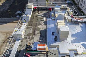 Abgedichtet wurden die Dächer mit Bitumenbahnen, darüber verlegten die Dachdecker alukaschierte PU-Flachdachdämmplatten in 70 mm Dicke