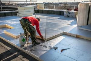 """Rechts oben: Kehlplatten sorgen dafür, dass Regenwasser später gezielt zu den Dachabläufen geleitet wird<span class=""""bildnachweis"""">Fotos: Linzmeier</span>"""