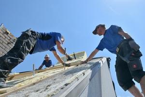 Den Dachdeckermeister machen und gleichzeitig weiter im Betrieb arbeiten und Geld verdienen – das ist mit einem Meisterkurs in Teilzeit möglich ⇥Foto: Aktion Modernes Handwerk