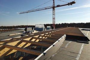 """Unterkonstruktion für die Lichtbänder auf dem Dach der Wasserwelt """"Rulantica"""" <span class=""""bildnachweis"""">Fotos (2): Rüdiger Sinn</span>"""