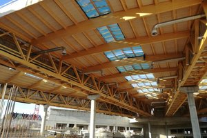 Rechts: Die Brett-sperrholzelemente für die Dachkonstruktion wurden von Holzbau Amann vorgefertigt