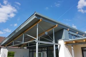 Die Konstruktion der Pultdächer wird seitlich über den Zugang zum Garten verlängert und bildet ein schützendes VordachFoto: Sperling Holzbau